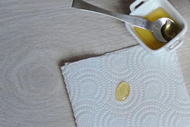 Phân biệt mật ong thật giả bằng khăn giấy