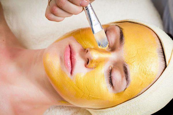 Đắp mặt nạ nghệ mật ong