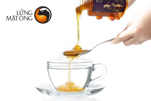 Phân biệt mật ong thật giả bằng một cốc nước